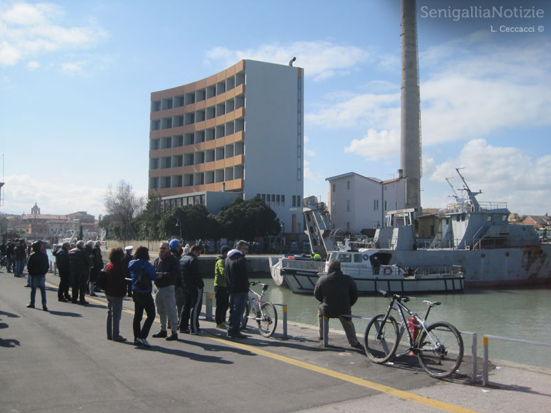 Tanta gente a seguire la partenza delle ultime due navi