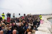 Tanta gente affolla il braccio del porto di Senigallia inaugurato domenica 15 novembre