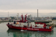 La motonave dei Vigili del Fuoco nel porto di Senigallia