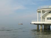 La Goletta Verde di Legambiente mentre passa a fianco della Rotonda a Mare di Senigallia