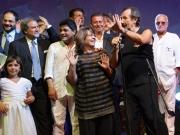 Andrea Mingardi canta con i partecipanti alla serata