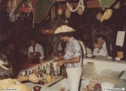 Gelli al bancone, Massimo Mariselli barman nell\'american bar a bordo piscina di Villa Sorriso Senigallia 1982