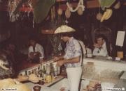 Gelli al bancone, Massimo Mariselli barman nell'american bar a bordo piscina di Villa Sorriso Senigallia 1982