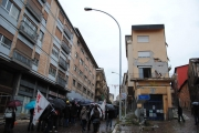 Il corteo tra i vari palazzi danneggiati dal sisma del 6 aprile 2009