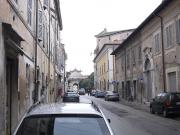 Via Cavallotti a Senigallia: sullo sfondo la Chiesa della Maddalena con l'impostazione a 45°