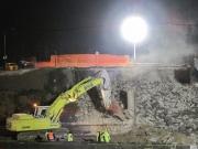 La demolizione dei pilastri del cavalcavia