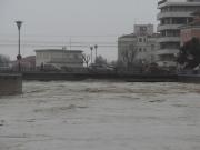 Il fiume lambisce il ponte sulla S.S. 16