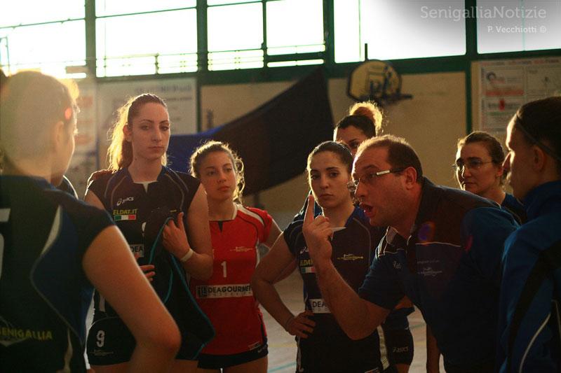 Coach Paradisi sprona le ragazze della U.S. Pallavolo Senigallia