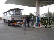 Il travaso del metano contenuto nelle bombole nell\'autobotte