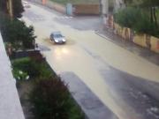 Auto tra fiumi di acqua e fango in via Cellini