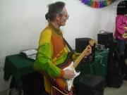 Colello si esibisce alla chitarra a Woodstock a Scap'zan