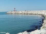 Persone che passeggiano sul braccio a nord del nuovo porto di Senigallia