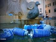 """24/03/2011 - """"Residui"""" del carnevale a Senigallia: bombolette nella fontana di piazza del Duca"""