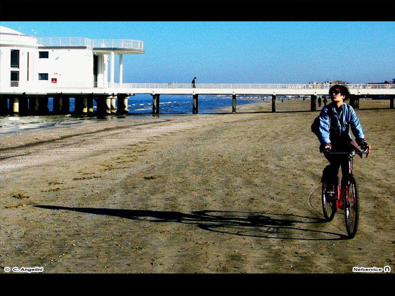 03/05/2011 - In bici sulla spiaggia di velluto di Senigallia